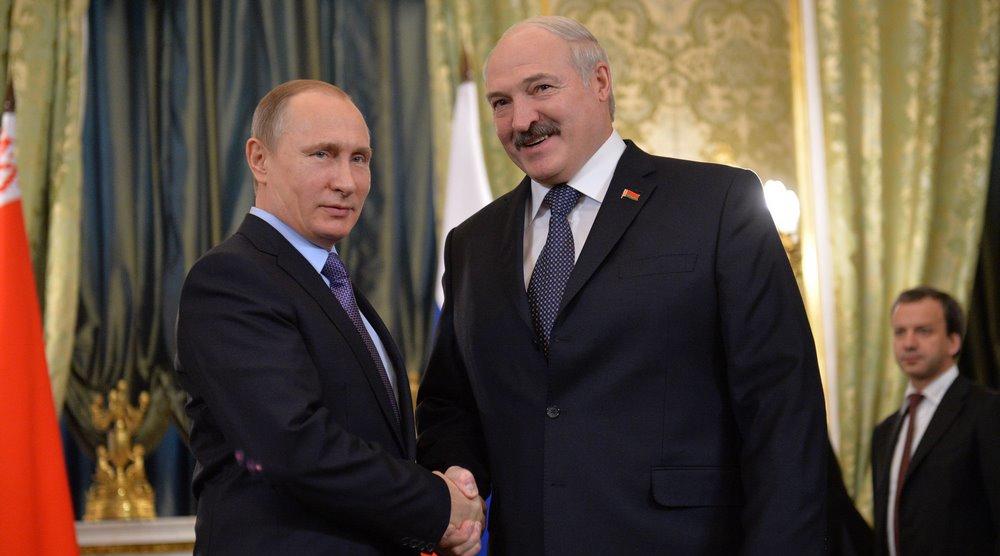 Łukaszenko gra na kilku fortepianach